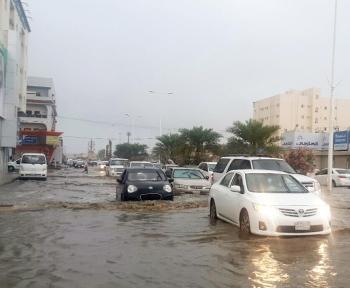 مياه الأمطار تغطي شوارع جازان. (تصوير: محمد الكادومي)