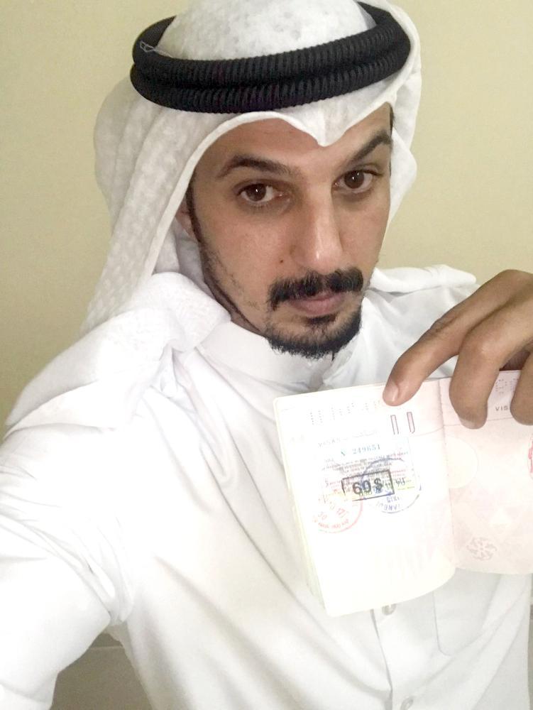 الظفيري يعرض ختم دخوله وخروجه من تركيا قبل عام في جواز سفره. (عكاظ)