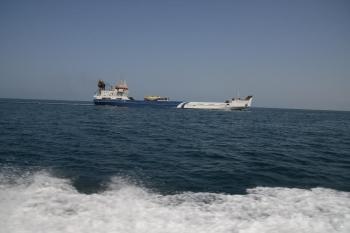سفينة تجارية تعبر البحر بأمان. (تصوير: يحيى الفيفي)
