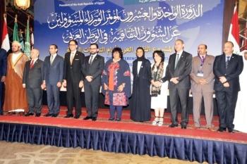 نورة الكعبي تتوسط المشاركين في مؤتمر الوزراء المسؤولين عن الشؤون الثقافية في الوطن العربي بالقاهرة.