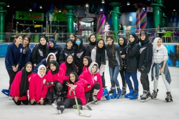 الفريق النسائي الأول في الهوكي في صورة جماعية قبل بداية التمرين في صالة التزلج في منتزه بجدة. (تصوير: سامي بوقس)