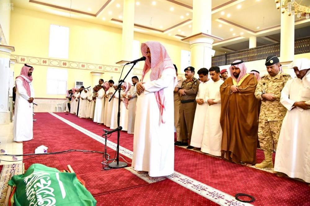 الأمير محمد بن عبدالعزيز يتقدم المصلين على الشهيد. (عكاظ)