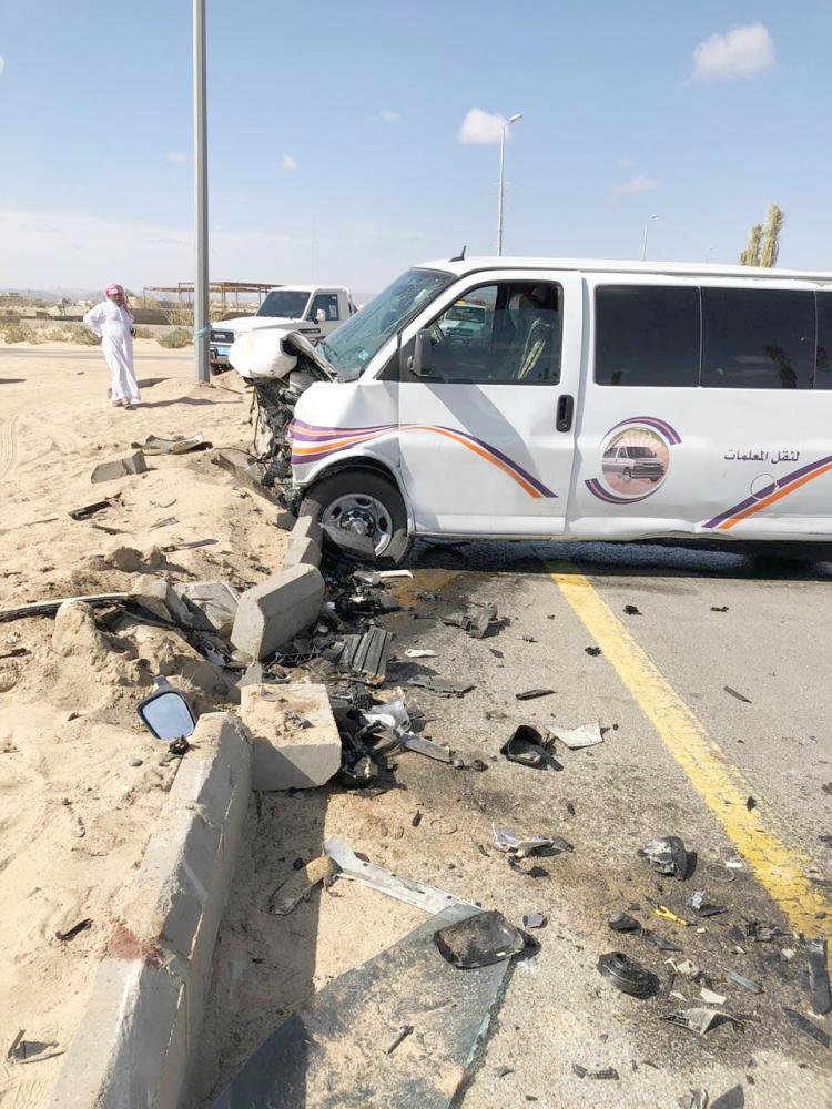 حافلة المعلمات بعد الحادث. (عكاظ)