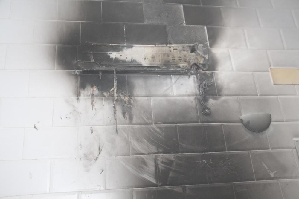 آثار الحريق في جدار المبنى.