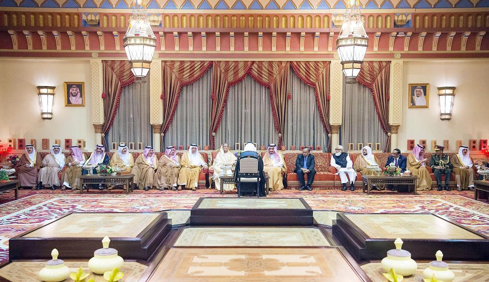 الملك سلمان مستقبلا رئيسة وزراء بنغلاديش أمس في الرياض. (واس)