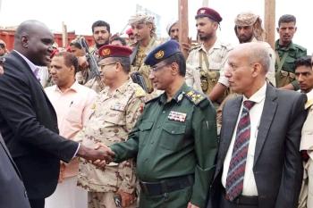 وفد من مكتب مبعوث الأمم المتحدة يلتقي مسؤولين عسكريين وإداريين في تعز أمس. (إعلام الجيش)