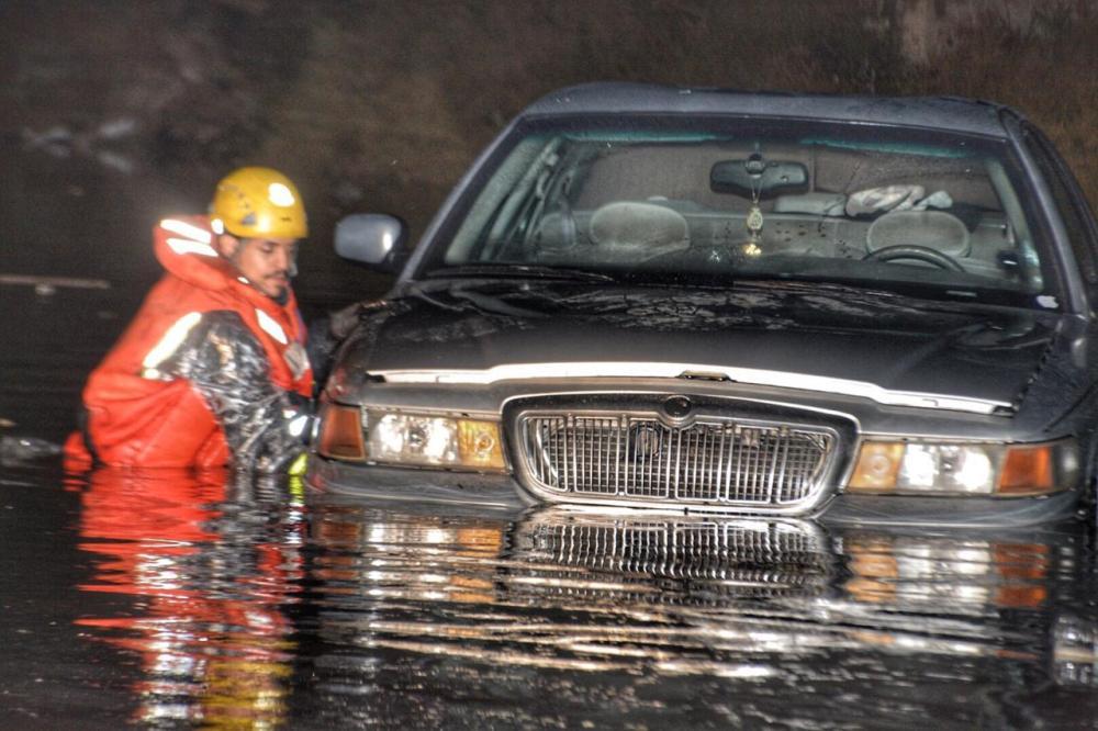 أمطار الطائف: احتجاز 12 مركبة بداخلها 16 شخصاً