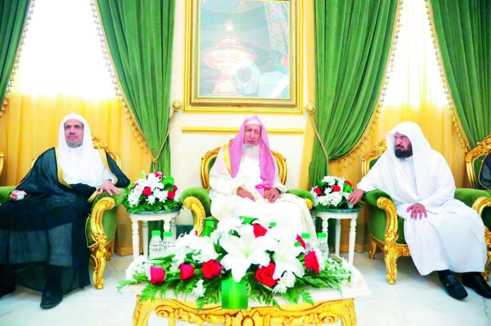 المفتي العام والأمين العام لرابطة العالم الإسلامي خلال الاجتماع.. (عكاظ)