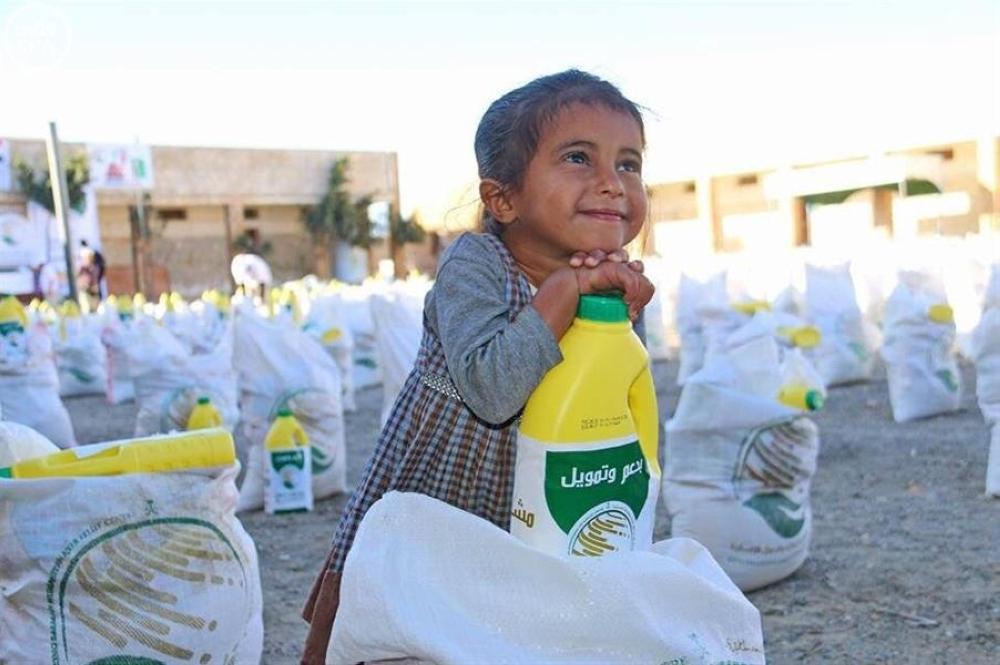 طفل يبتسم عند تلقيه إحدى المساعدات أخيراً.