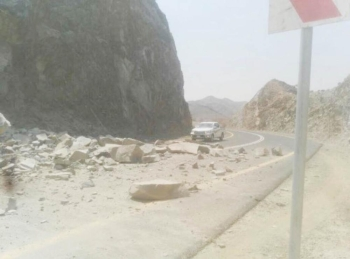 تساقط الصخور يشكل خطرا على سالكي الطريق.  (عكاظ)