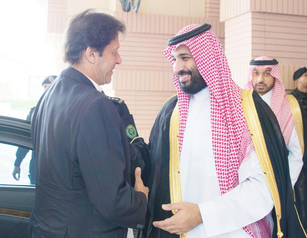 الأمير محمد بن سلمان مستقبلا رئيس وزراء باكستان. (عكاظ)