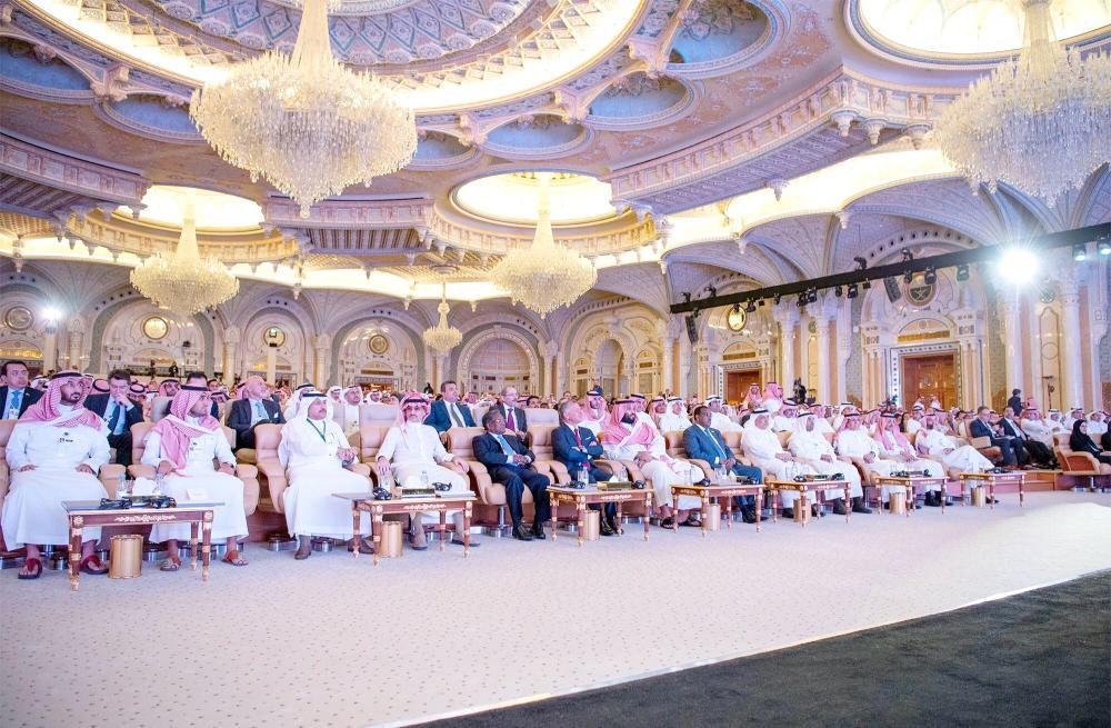 ولي العهد يتابع فعاليات منتدى مبادرة مستقبل الاستثمار أمس في الرياض.