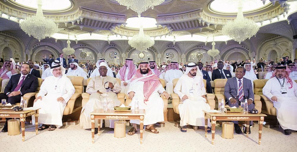 الأمير محمد بن سلمان والشيخ محمد بن راشد والأمير سلمان بن حمد وماكي سال وسعد الحريري وديميك ميكونن خلال مبادرة الاستثمار أمس.