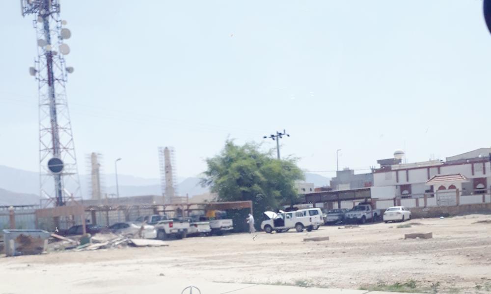 .. وصيانة السيارات في حوش المركز الصحي.