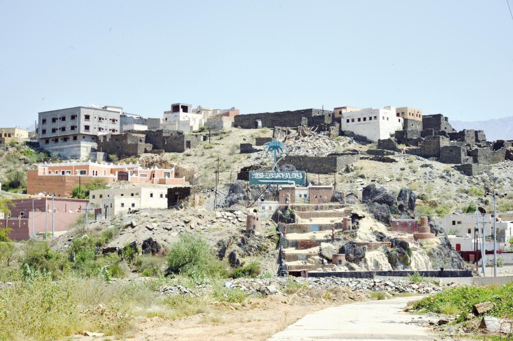 قرية في شمران جمعت بين الماضي والحاضر. (عكاظ)