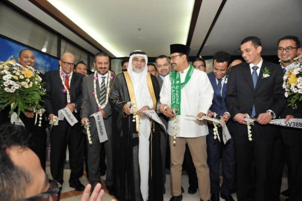 السفير الشعيبي ومسؤولون إندونيسيون أثناء قص الشريط