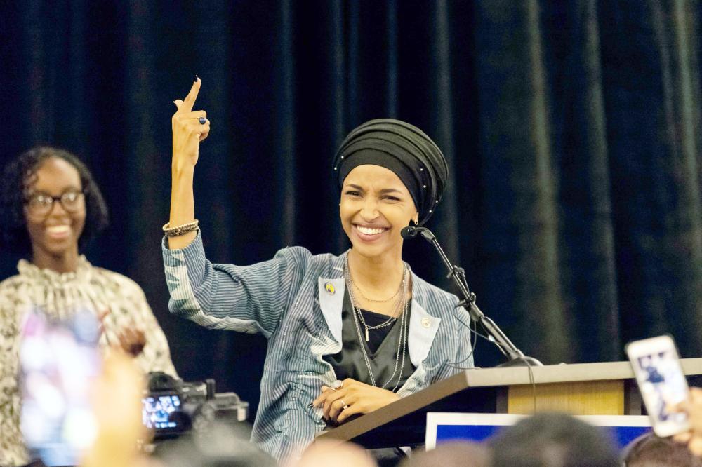 إلهان عمر، بعد أن فازت أمس بمقعد في مجلس النواب في ولاية مينيسوتا. (أ.ف.ب)