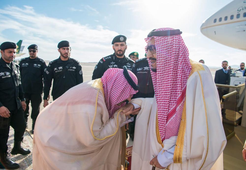 أمير حائل مقبلا يد خادم الحرمين