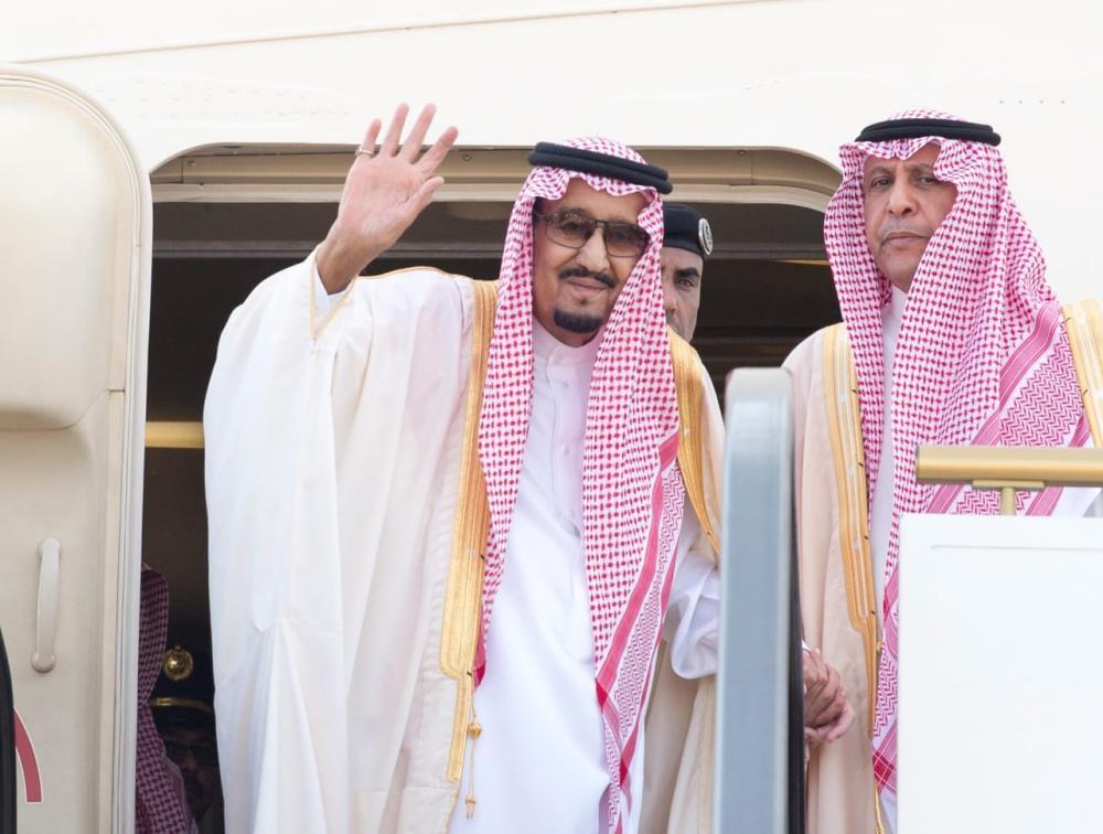 الملك سلمان يلوح للمودعين في حائل