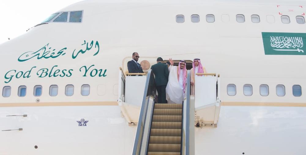 خادم الحرمين ملوحا لمودعيه