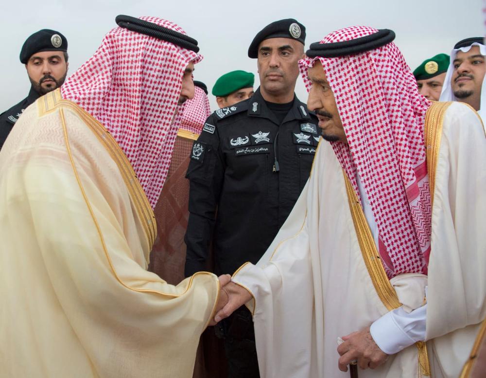 مصافحة خادم الحرمين لحظة وصوله إلى الرياض