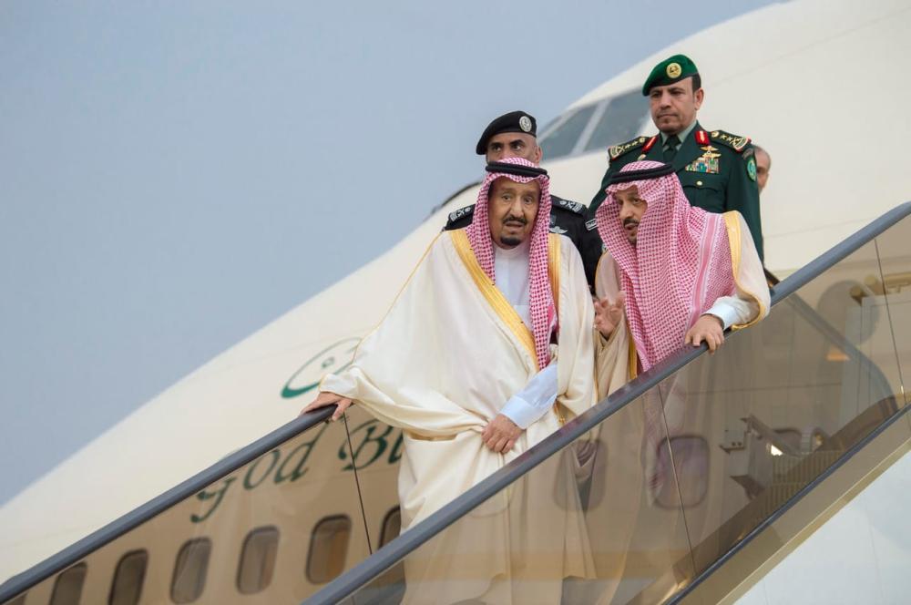 الملك سلمان ينزل من الطائرة لحظة وصوله