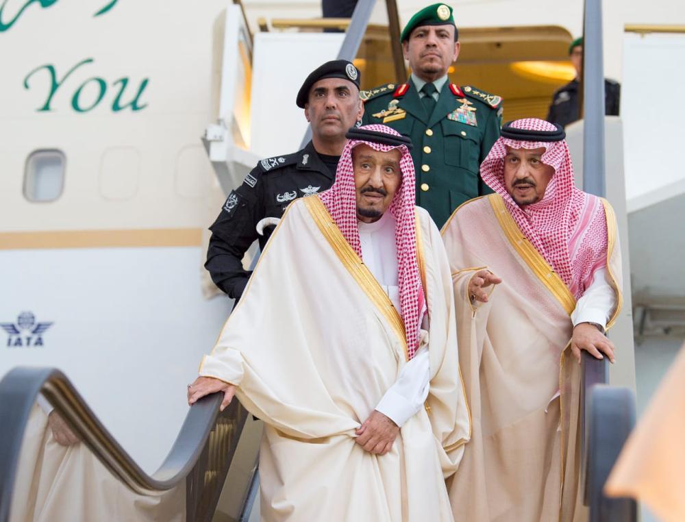 أمير الرياض يرافق الملك سلمان أثناء نزوله من الطائرة