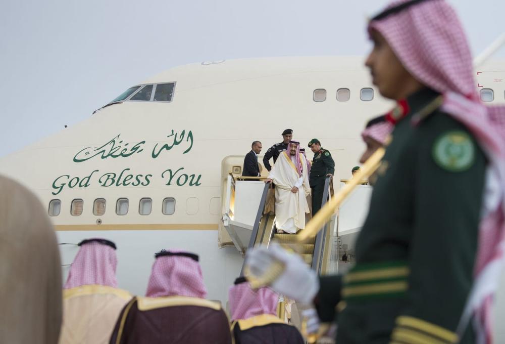 لحظة خروج خادم الحرمين من الطائرة