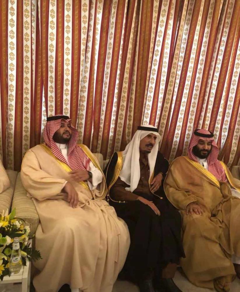 ولي العهد في زيارة للشيخ عبدالعزيز عبدالكريم السبهان في منزله. (متداولة على تويتر)