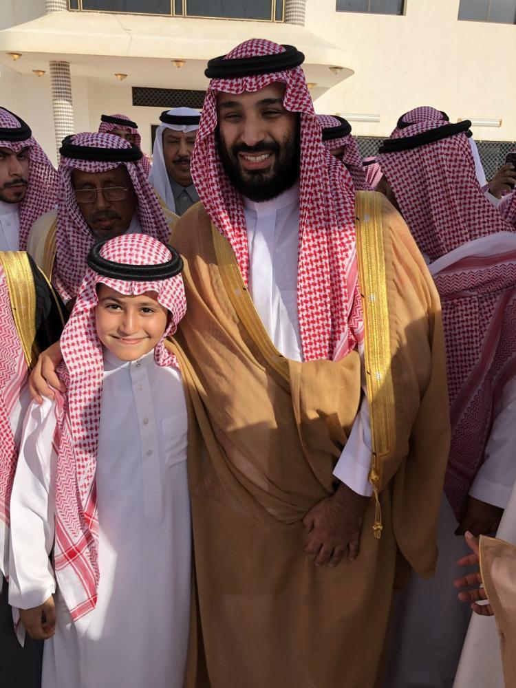 ولي العهد في صورة مع الطفل عبدالله أثناء زيارته لمنزل فهد بن عبدالكريم بن إبراهيم السبهان. (متداولة على تويتر)