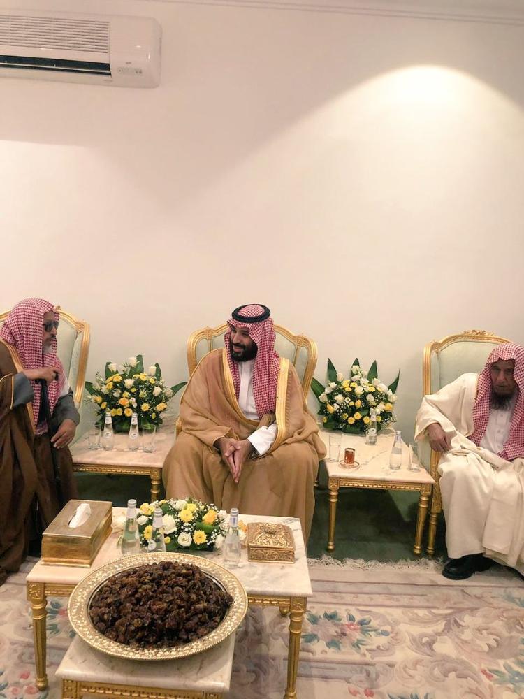ولي العهد في منزل نايف سعود آل علي. (متداولة على تويتر)