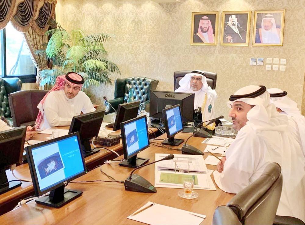 أمين العاصمة خلال الاجتماع مع وكيل وزارة الإسكان للأراضي والتنظيم الإسكاني في مكة أمس. (عكاظ)