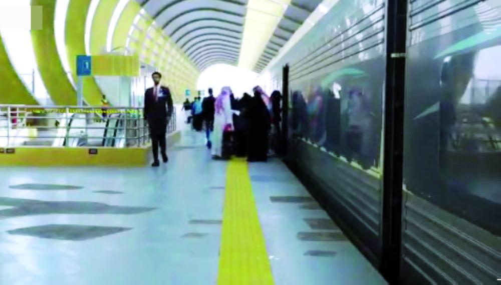مسافرون يستقلون أحد قطارات «سار».