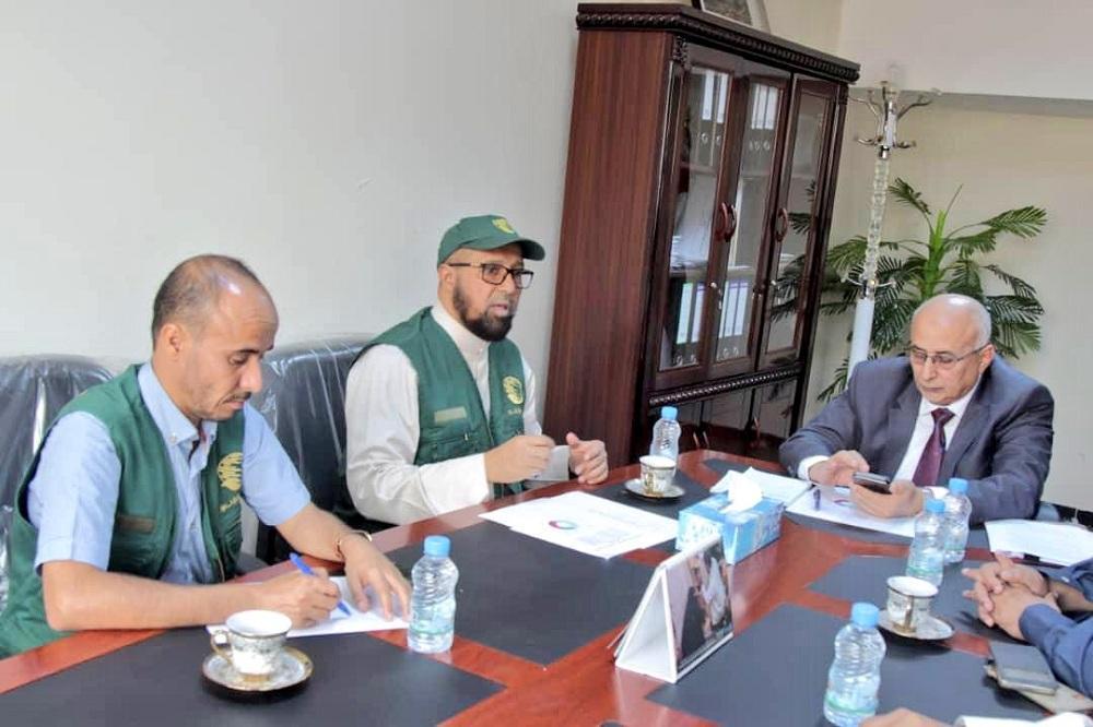 عبدالرقيب فتح لدى زيارته مركز الملك سلمان في عدن