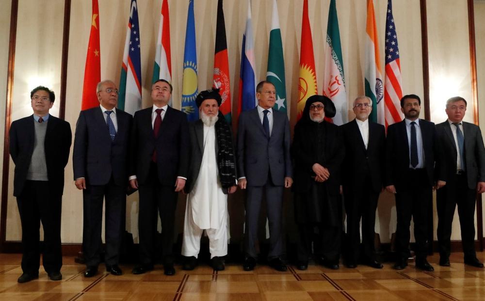 لافروف في صورة مع أعضاء الوفود خلال محادثات السلام متعددة الأطراف حول أفغانستان. (رويترز)