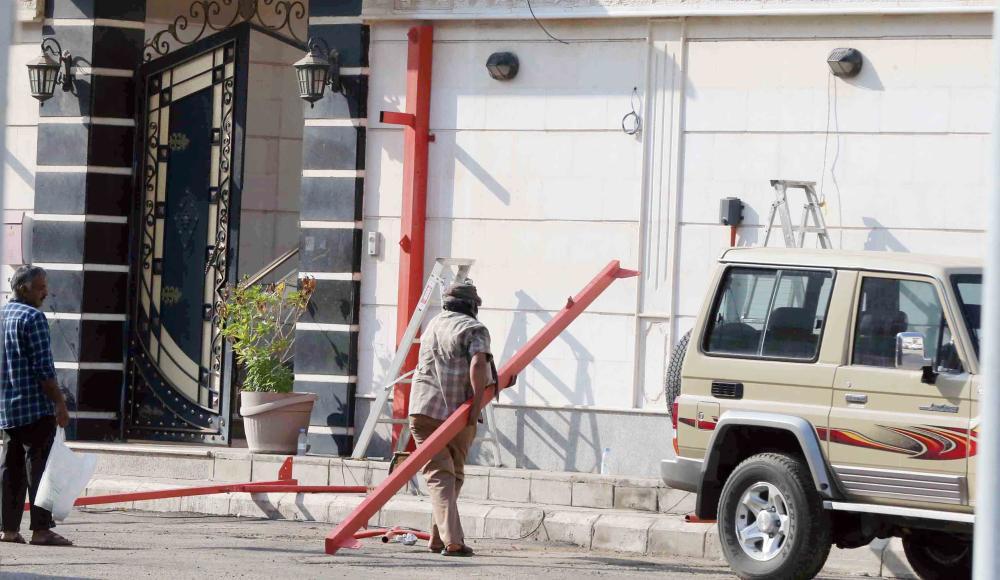 أعمال إزالة المظلات في الشارع بعد فتحه. (تصوير: عمرو سلام)