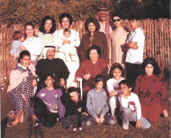 عائشة مع زوجها حسين والأبناء والأحفاد.