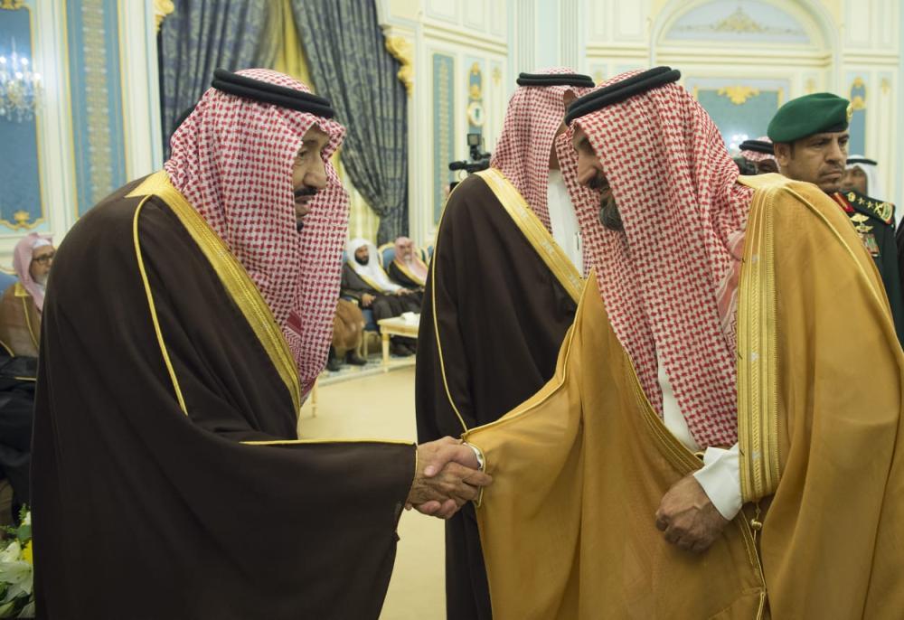 الملك سلمان مصافحا أحد المواطنين
