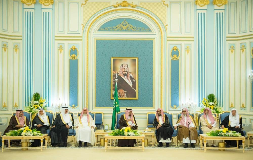 خادم الحرمين يستقبل الأمراء والمفتي والعلماء وجمعاً من المواطنين 1052784.jpg