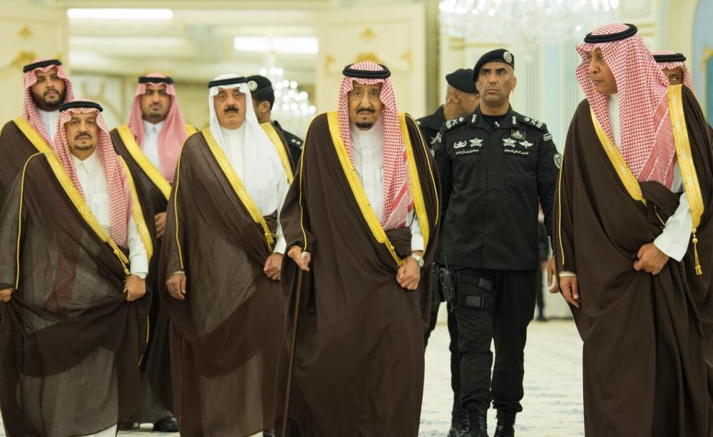 خادم الحرمين يستقبل الأمراء والمفتي والعلماء وجمعاً من المواطنين 1052785.jpg