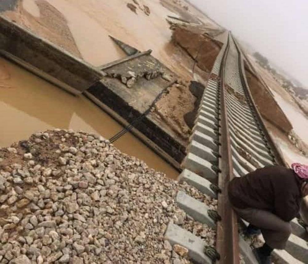 انجراف الرمال أسفل سكة القطار
