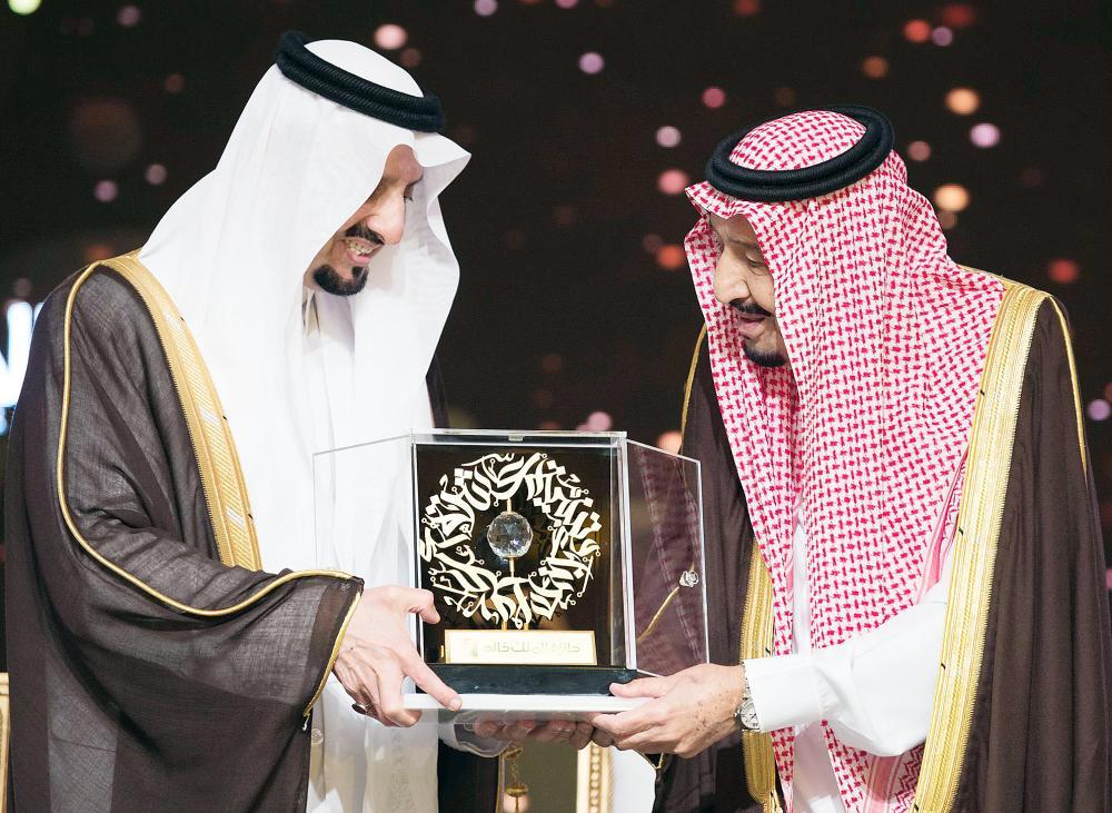 .. ومتسلما هدية تذكارية من الأمير فيصل بن خالد.