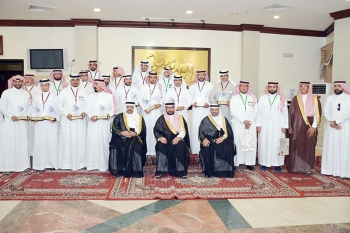 الصفيان ومسؤولو التعليم مع الفائزين بالجائزة. (عكاظ)