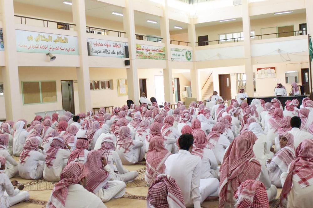 الرضيمان خلال محاضرته في الثانوية التي تخرج فيها الداعشي سعد. (عكاظ)