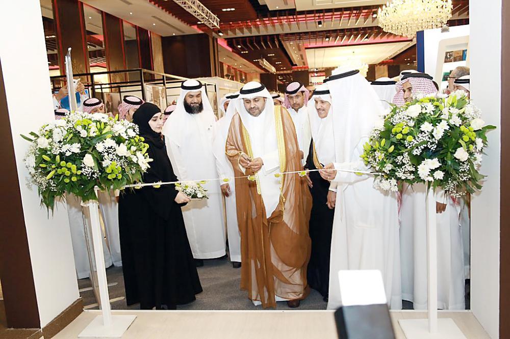 وزير الإعلام الكويتي يفتتح جناح المملكة في معرض الكويت للكتاب.