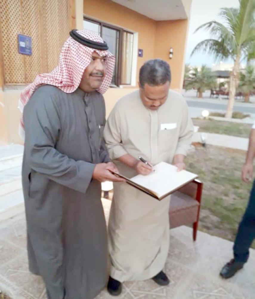 الفنان محمد عبده خلال تواجده في نيوم.