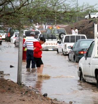 توقف الحركة في أحد شوارع المدينة بسبب الأمطار. (تصوير: عبدالمجيد الدويني)