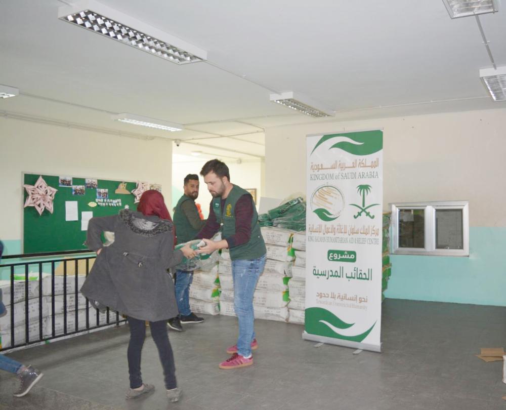 مركز الملك سلمان يوزع حقائب مدرسية على الطلبة السوريين في عكار. (واس)