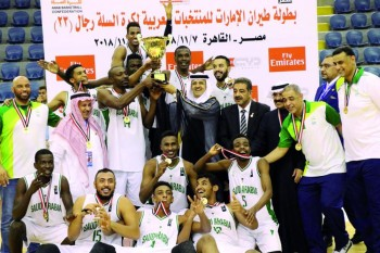 فرحة لاعبي منتخب السلة لحظة تتويجهم بالذهب.