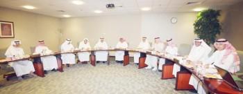 أعضاء مجلس إدارة مؤسسة «عكاظ» للصحافة والنشر أثناء الاجتماع. (تصوير: أحمد المقدام)